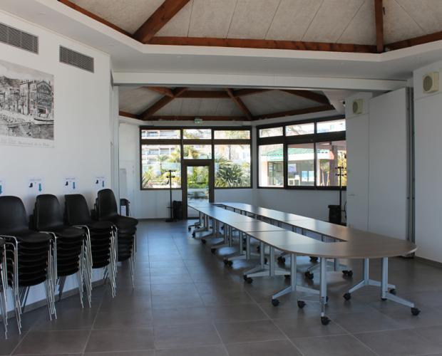 Salle de réunion du Vieux Port de Golfe-Juan (vue intérieure)